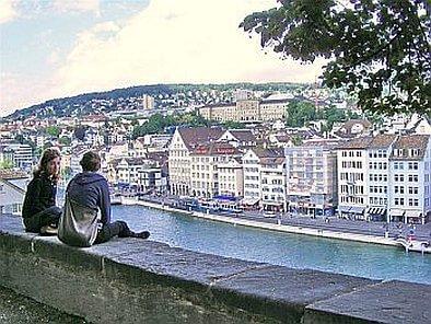 בעיר העתיקה של ציריך, על שפת הנהר